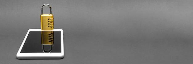 Nahaufnahme-kombinationsschloss mit chromziffern auf schwarzem hintergrund. sicherheit eines mobilen geräts oder telefons. speicherplatz kopieren