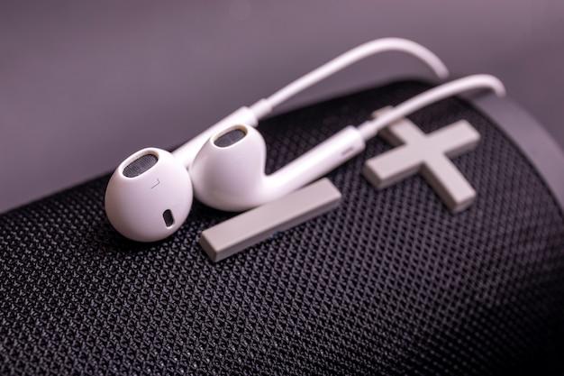 Nahaufnahme kopfhörerstapel, modernes lautsprecher-ohrhörer-gerätezubehör.