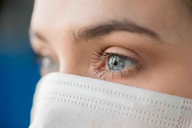 Nahaufnahme krankenschwester, die maske trägt