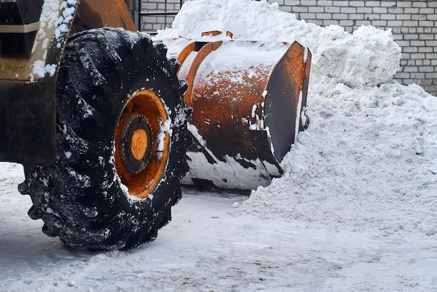Nahaufnahme - ladeschaufel entfernt schneeverwehungen