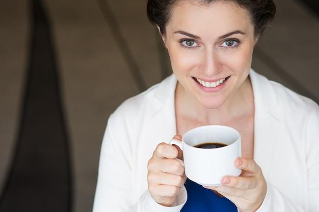 Nahaufnahme lächeln nizza geschäftsfrau mit kaffee
