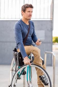 Nahaufnahme lässiger mann, der sein fahrrad sichert
