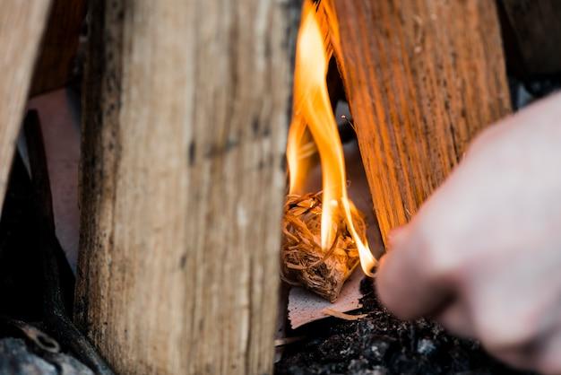 Nahaufnahme lagerfeuer mit streichholz abgefeuert