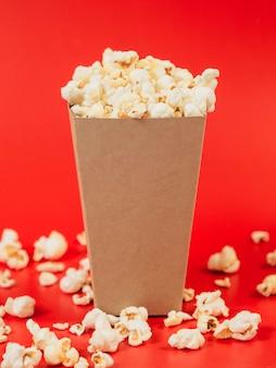 Nahaufnahme leckere popcorn-box auf dem tisch