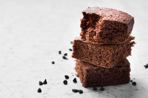 Nahaufnahme leckere schokoladen-brownies, die zum servieren bereit sind