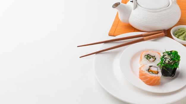 Nahaufnahme leckere sushi-rollen und wakame