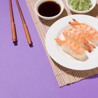 Nahaufnahme leckeres sushi und sojasauce auf dem tisch