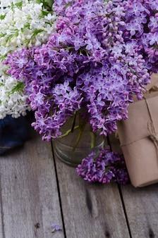Nahaufnahme lila lila blumen auf einer alten hölzernen oberfläche.
