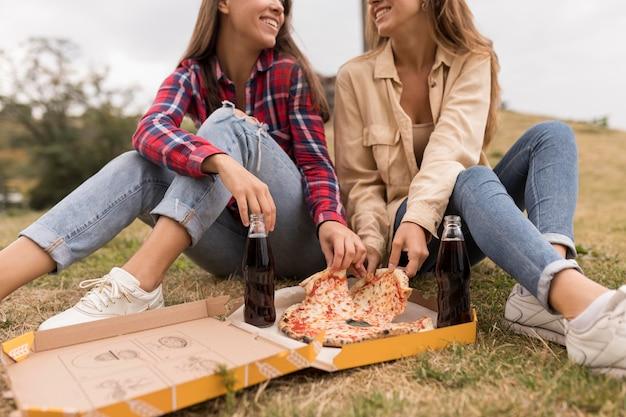 Nahaufnahme mädchen essen pizza