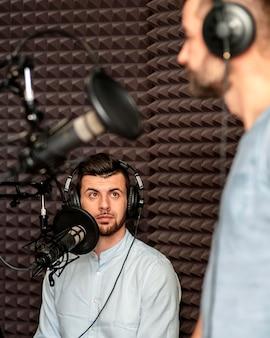 Nahaufnahme männer am radio mit ausrüstung