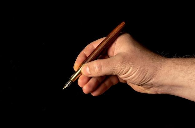 Nahaufnahme männliche handschrift mit einem stift