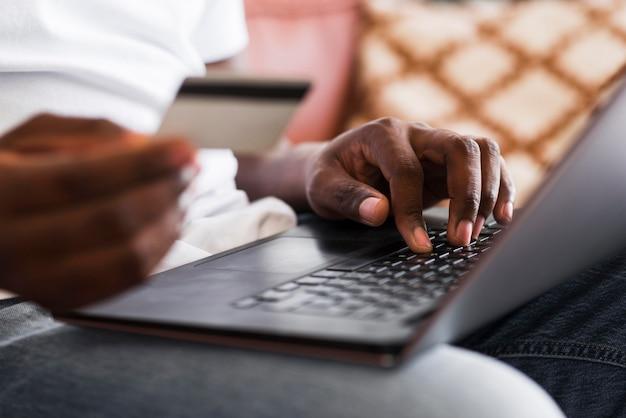 Nahaufnahme männliches einkaufen online von zu hause aus