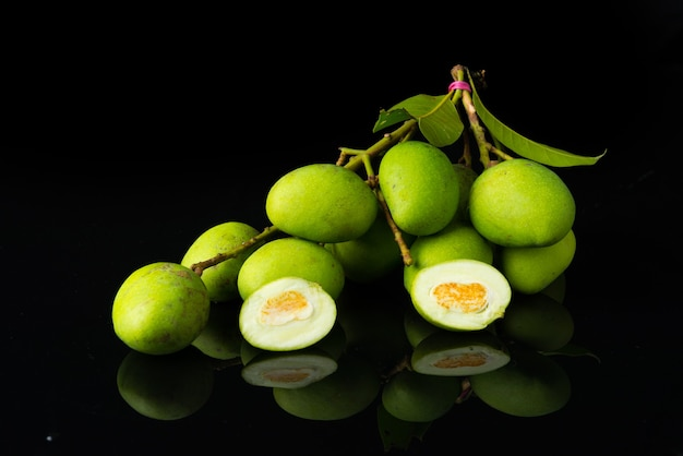 Nahaufnahme mangifera mango auf schwarzem acryl..