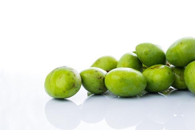 Nahaufnahme mangifera mango auf weißem acryl..