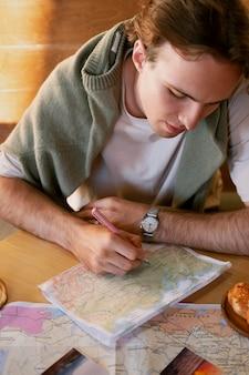 Nahaufnahme mann auf karte schreiben