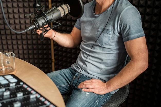 Nahaufnahme mann, der am radio spricht