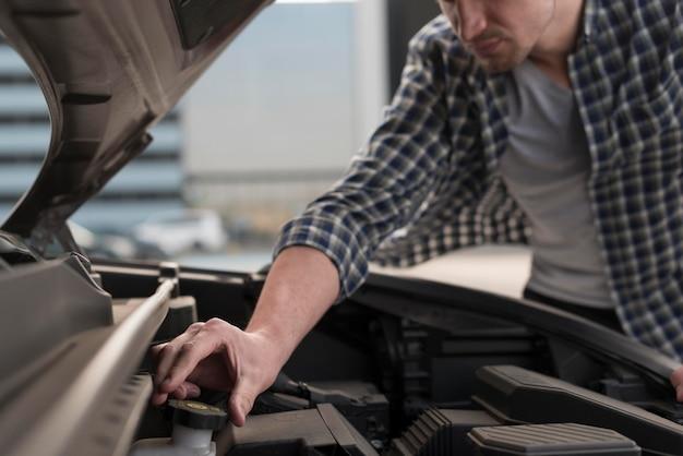 Nahaufnahme mann, der auto repariert