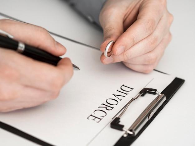 Nahaufnahme mann, der denkt, scheidungsvertrag zu unterzeichnen