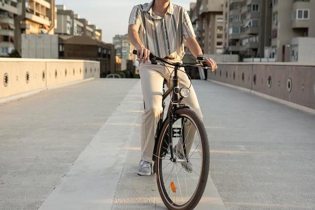 Nahaufnahme mann, der fahrrad in der stadt reitet