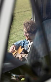 Nahaufnahme mann, der gitarre spielt