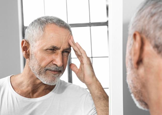 Nahaufnahme mann, der kopfschmerzen erfährt