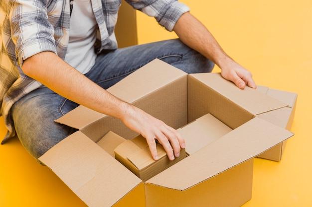 Nahaufnahme mann, der lieferpakete arrangiert