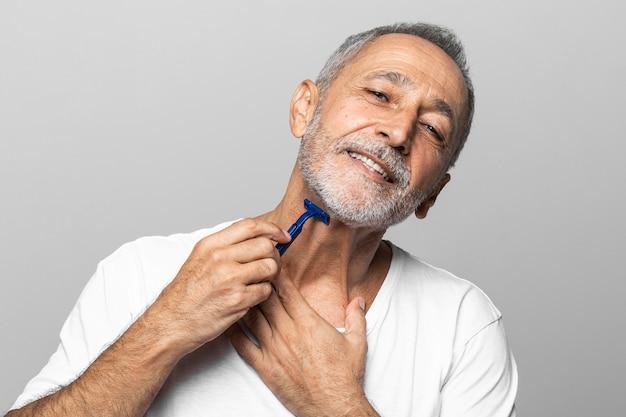 Nahaufnahme mann, der seinen hals rasiert