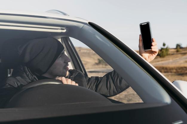 Nahaufnahme mann, der telefon betrachtet