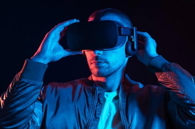 Nahaufnahme mann, der virtuelle realität erlebt