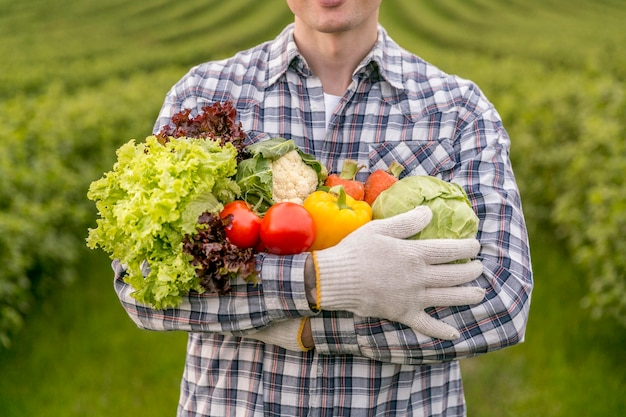 Nahaufnahme mann mit gemüse