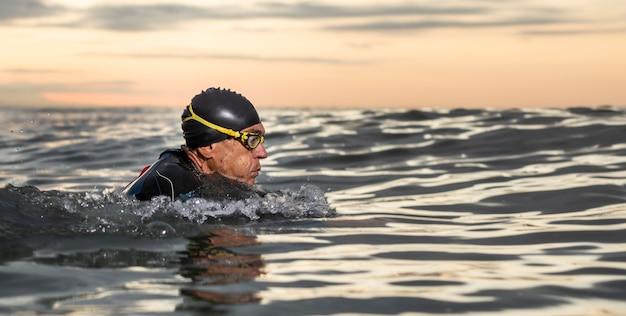 Nahaufnahme mann mit schutzbrille schwimmen