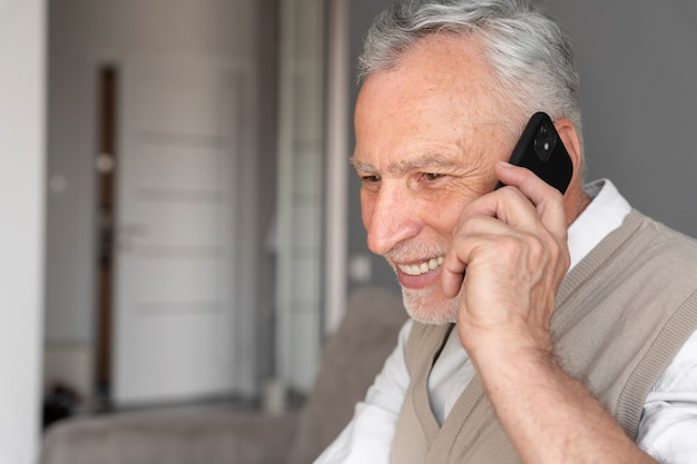 Nahaufnahme mann mit telefon