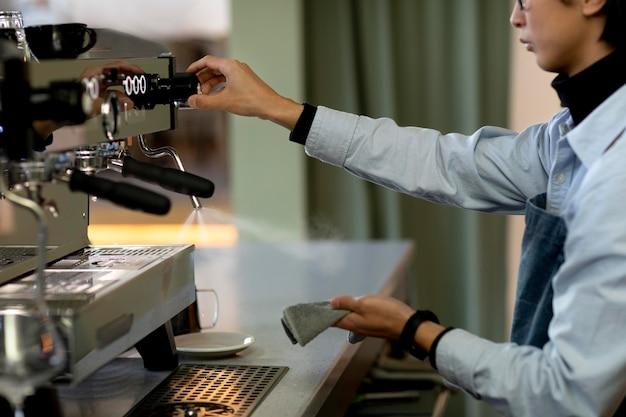 Nahaufnahme mann reinigung kaffeemaschine