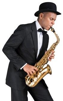 Nahaufnahme mann spielt auf saxophon auf weißem hintergrund