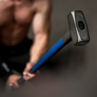 Nahaufnahme mann training mit hammer