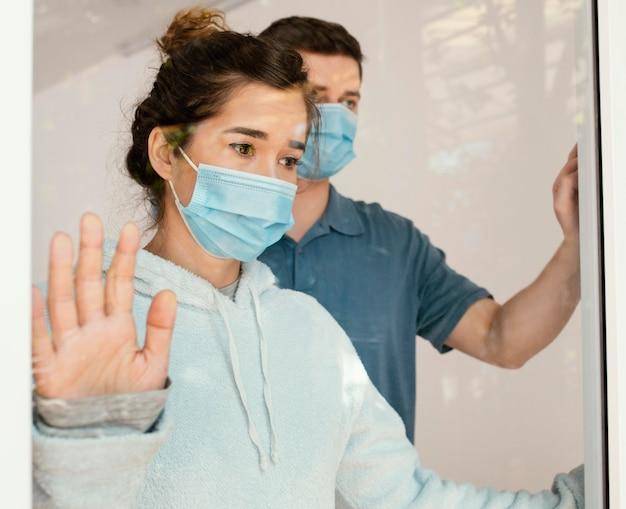 Nahaufnahme mann und frau mit masken