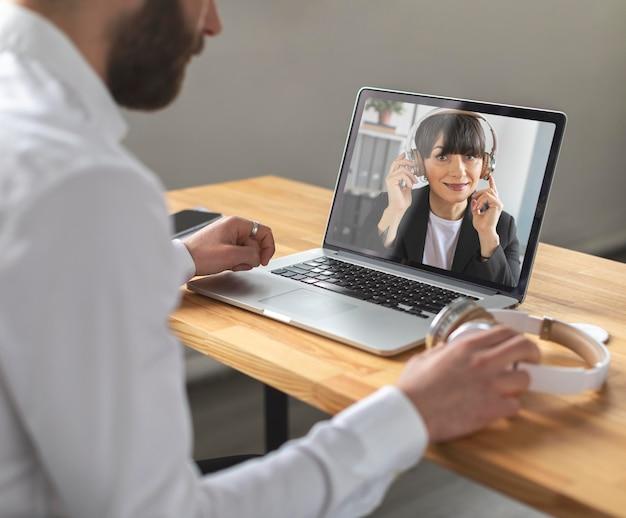 Nahaufnahme mann und frau videoanruf