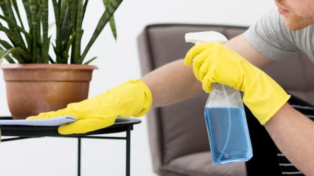 Nahaufnahme mann zu hause reinigung