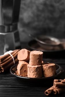 Nahaufnahme marshmallows bedeckt mit kakaopulver