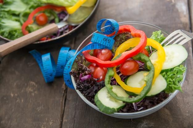 Nahaufnahme maßband mit einem salat