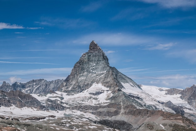 Nahaufnahme matterhorn berg, szene im nationalpark zermatt, schweiz, europa anzeigen. sommerlandschaft, sonnenscheinwetter, dramatischer blauer himmel und sonniger tag