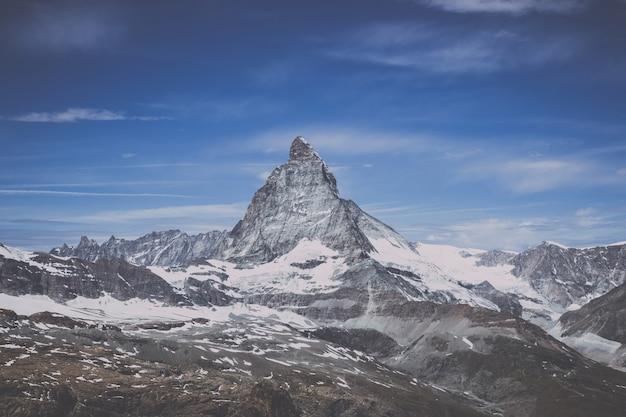 Nahaufnahme matterhorn berg, szenen im nationalpark zermatt, schweiz, europa anzeigen. sommerlandschaft, sonnenscheinwetter, dramatischer blauer himmel und sonniger tag. poster, bild, foto, bild drucken