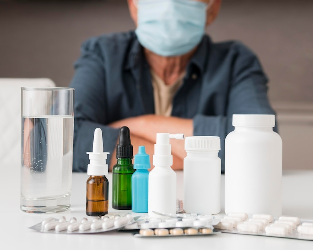 Nahaufnahme medikamentenbehälter auf dem schreibtisch
