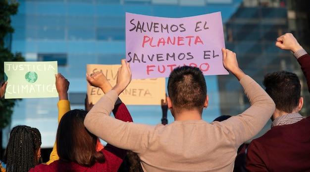 Nahaufnahme menschen, die mit plakaten protestieren