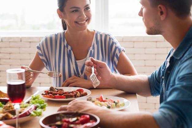 Nahaufnahme menschen, die zusammen essen