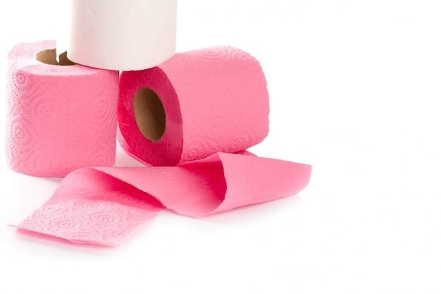 Nahaufnahme mit drei toilettenpapierrollen auf weißem hintergrund