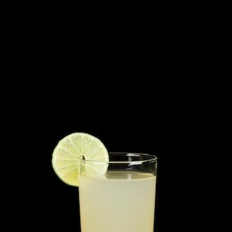 Nahaufnahme mit glas limonade in der dunkelheit