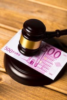 Nahaufnahme mit richterhammer auf banknote des euros 500