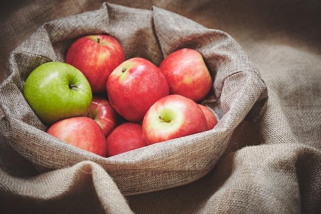 Nahaufnahme mit selektivem fokus von frischen äpfeln