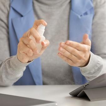 Nahaufnahme mitarbeiter desinfiziert hände